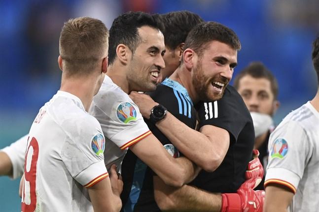Spaniens målvakt Unai Simon jublande glad efter straffsegern mot Schweiz.