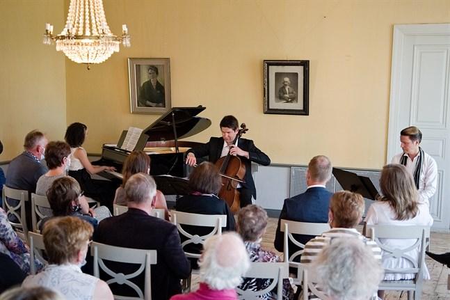 En publik på kring 50 personer tog del av onsdagskvällens soaré där pianisten Nazig Azezian, cellisten Jussi Makkonen och skådespelaren Simon Häger uppträdde.