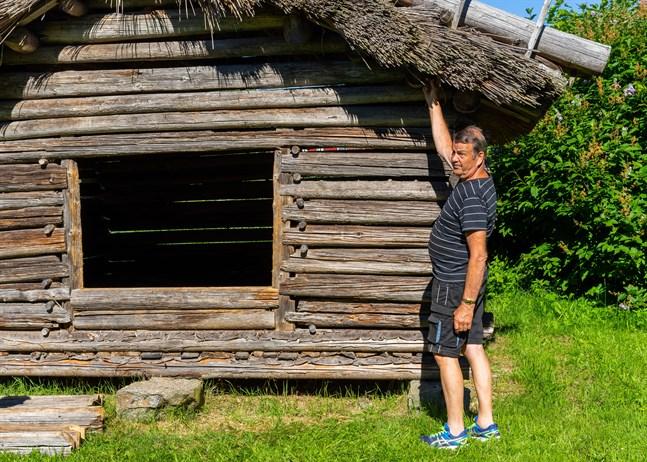 Arne Helsing kan mycket om hembygdshistoria i Munsala. Som liten följde han med när hans pappa Gunnar Helsing lade röjvasstak.