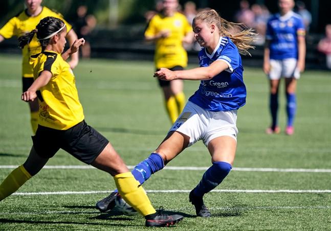 Bilden är från första mötet mellan Vasa IFK och NJS i början av juli. I returmötet på lördagseftermiddagen spelade Amanda Kass först i mittförsvaret men lyftes upp i anfallet i andra halvlek.
