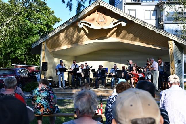Närpes spelmansgille rev av låten Finbyddjin och fick publiken med sig att klappa takten. Konserten lockade ut många Närpesbor till parken under fredagskvällen.