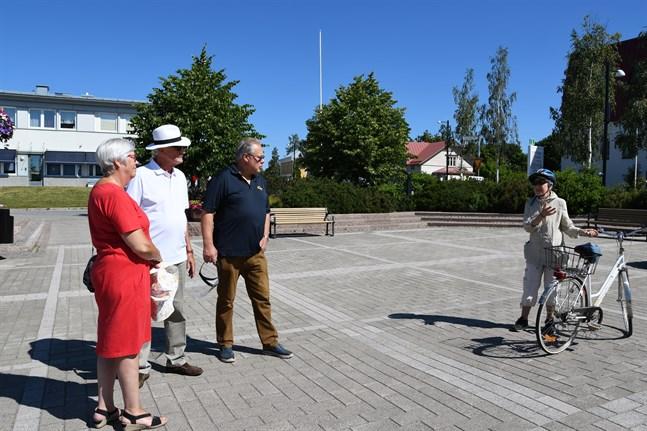 Marianne Storgård (till höger) var redo att cykla iväg på tipsrunda genast evenemanget drog igång klockan 12 på lördagen. Hon fick instruktioner av Barbro Uppman, Kenneth Uppman och Stefan Mannsén.