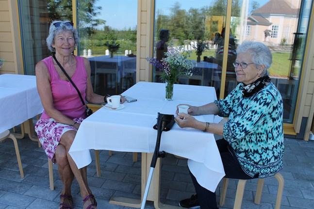 Marianne Tast och Anita Hemgård njuter av kaffe på den trevliga terrassen som de båda hoppas kommer i flitig användning.