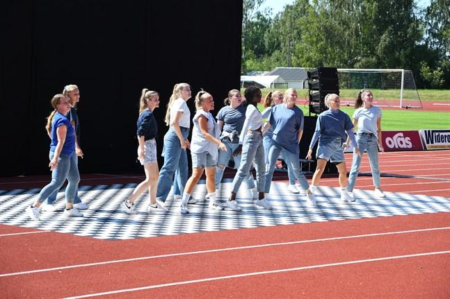 Flow Dance Companys dansgrupper Danzatores 6 och 7 bjöd på en fin dansprestation till takterna av 1990-talets största hits.