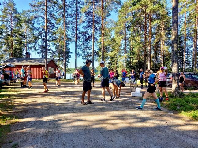 Ännu när starten för halva distansen gick vid Sexsjö var det nästan svalt i skuggan.