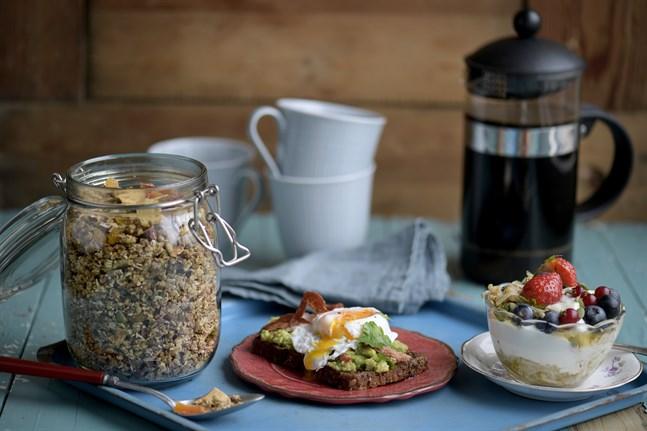 Att duka upp en härlig sommarfrukost att långsamt njuta av är ett fint nöje.