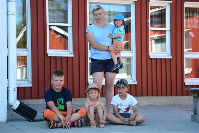 Föräldern Milla Mattila, tillsammans med barnen Lauri Hållfast, 9 Ella Hållfast, 3, Akseli Hållfast, 6 och Eino Hållfast, 1,  hoppas att den svenska skolan i Härkmeri även kunde få sällskap av en finsk skola.