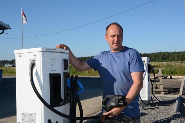 Mats Nordgren säger att försäljningen av elbilar ökar kraftigt. Därför behövs även fler laddstationer.