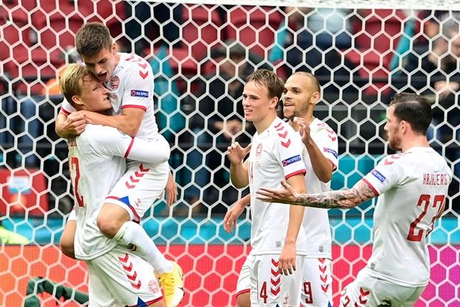 Kasper Dolberg och Danmark firar 2–0-målet mot Tjeckien.