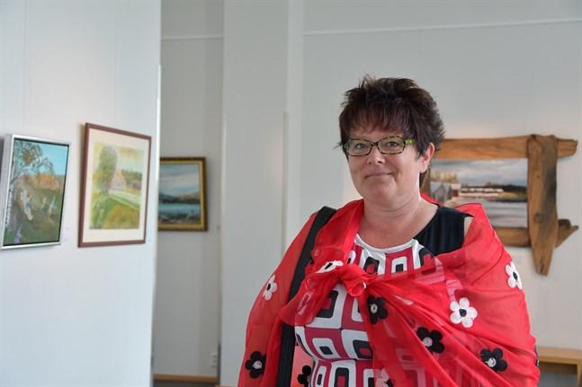 Med temat rörelse har en varierande utställning utformats i konsthallen. Närpes konstklubb med ordförande Mia Gull i spetsen bjuder in till traditionsenlig sommarutställning med rekordmånga utställda verk.