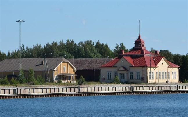 Inre hamnen i Kristinestad, från vänster Jätkänhovi, det så kallade röda magasinet och hamnkontoret. NTM-centralen vill helst inte se flervåningshus nära dessa byggnader.