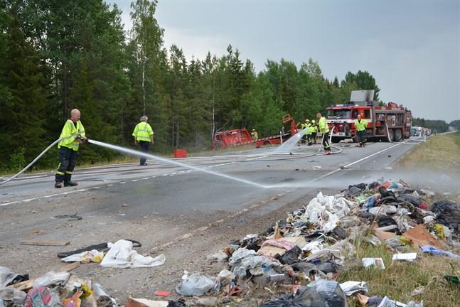 En tillkallad hjullastare röjde undan soporna från körfilen, som spolades av innan den öppnades för trafik igen. I bakgrunden bärgningsbilen.