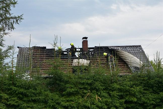 Ett blixtnedslag orsakade husbranden. Husfolket var hemma men ingen kom till skada.