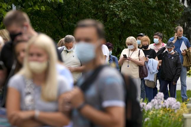 Människor köar för att vaccinera sig mot covid-19 i den ryska huvudstaden Moskva.