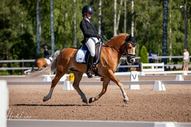 Ada Tarvonen på ponnyn Klockas Innishannon under Nordiska mästerskapen.