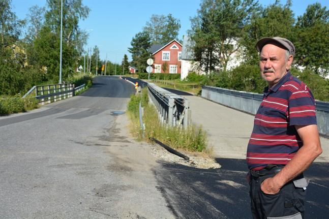 Stig Simons beklagar att asfalteringen av Åbrovägen blir på hälft. Vid uf-lokalen tar den förnyade beläggningen slut på andra sidan bron.