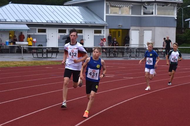 Elias Åkerlund (nr 431) leder 1000 metersloppet före IK Falkens Tony Ahlvik (nr 432). Tätduon följs av Aron Åkerlund (nr 429) och Oscar Lundén (nr 434).