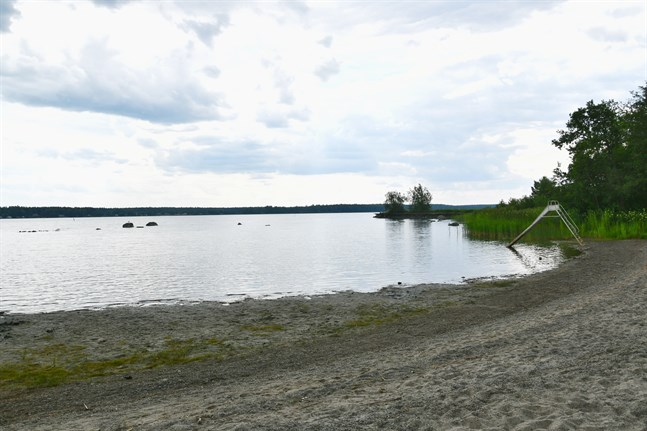 Badvattenkvaliteten har varit god i regionen. Med undantag för förekomsten av blågröna alger i Molpe tidigare i sommar. På bild badstranden i Tjärlax, Närpes.