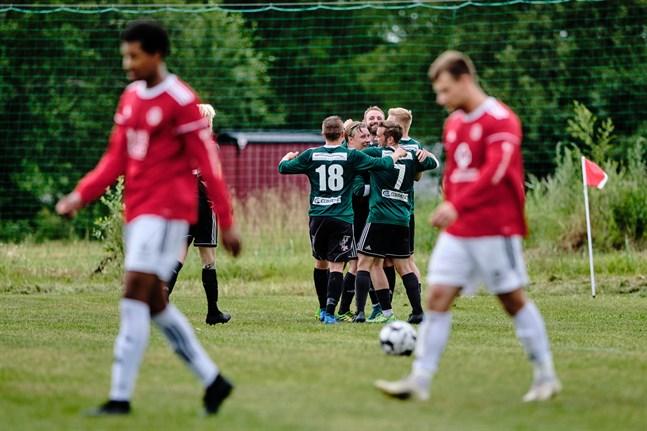 Målskytten Richard Dorman och resten av Sundom IF firar matchens tredje mål strax innan halvtidsvilan.