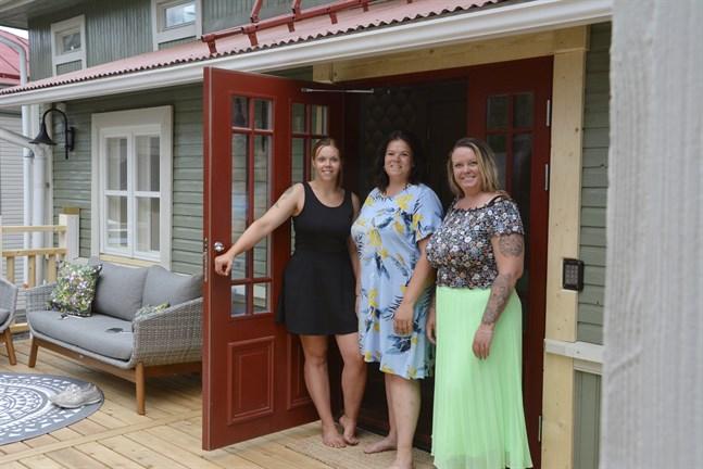 I maj slog Nathalie Gull, Camilla Stenholm och Cecilia Yrttiaho upp dörren till det första rummet. Nu två månader senare har de tre rum i användning.