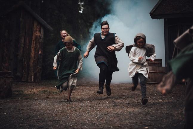 Lady Marion (Miranda Eklund) blir förargad när skogsbarnen, från vänster Tjeckbäinarin (Linnea Uppgård), Soåvarin (Ivar Storbäck) och Dövvyöra (Elton Rosenholm), tänder eld på skogen.