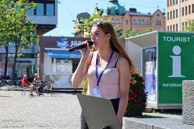 Iisa Jaatinen tycker sommarjobbet som sommarartist ger henne bra erfarenhet.