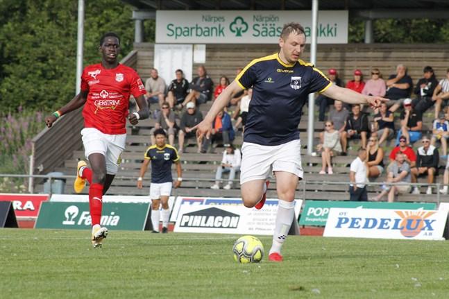 Sportings nya anfallare Sewane Ibrahima hade svårt att komma någon vart mot KoFF:s Oleksandr Muzyka. Men det var hemmalaget som ändå var närmare segern i det sydösterbottniska derbyt på Kristinaplan.