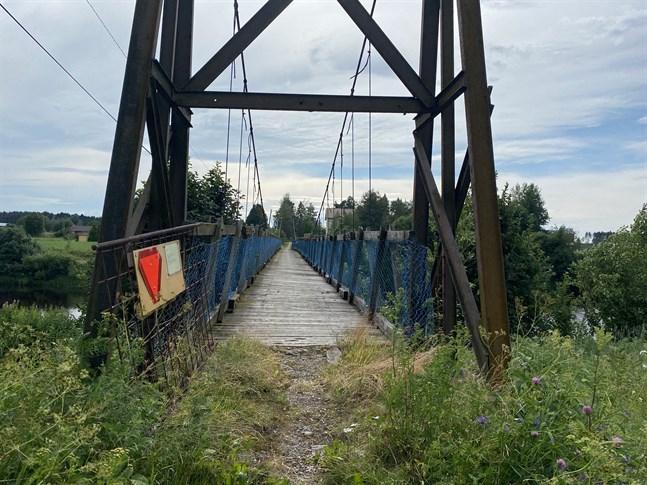 Någon har flyttat undan porten som blockerade ingången till hängbron i Ytterjeppo.