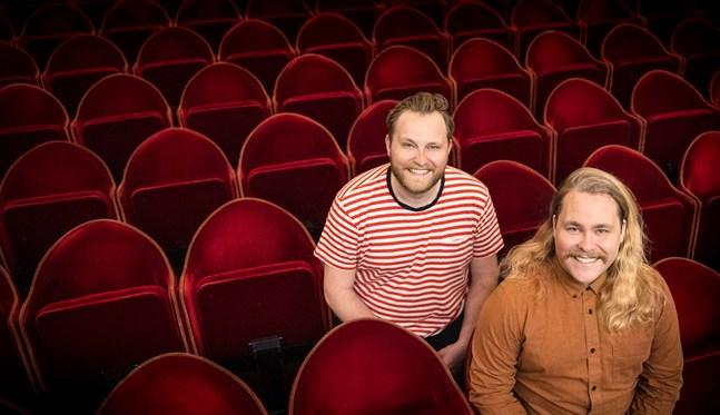 """Nya programledare för Svenska teaterns """"Scenmåndag"""" är Jonas och Joel Forsbacka."""