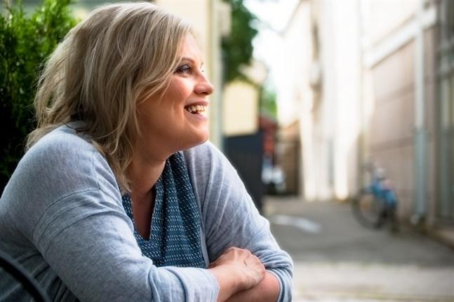 Sonja Biskop har fyllt 50 och ser fram emot bättre tider med ett lugnt coronaläge så att hon kan bjuda till fest.