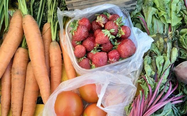 Närmaten har kort väg från producent till konsument. Morötter, jordgubbar, tomater och rödbetor är några exempel på vad man nu kan hitta på torget.