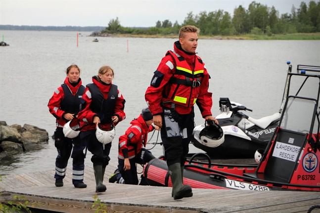 Linn Sebbas, Tindra Juthström och Casper Storbjörk går i land efter en övningskväll med Molpe Sjöräddares ungdomsgrupp. Hjälpledaren Hugo Helgas förtöjer båten.