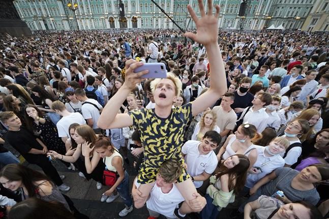 Det traditionella årliga studentfirandet i S:t Petersburg ställdes aldrig in, trots ökad smitta.