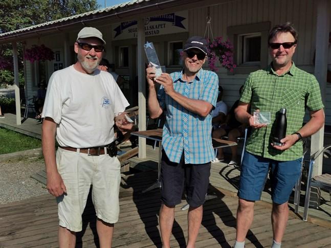 Håkan Forss (SSJ), Petteri Grönroos (N/Tammerfors) och Harry Brännvacka (SSÄ) fcik pallplatser i de finska klassmästerskapen. Silver och brons gick till Nykarleby och Jakobstad.