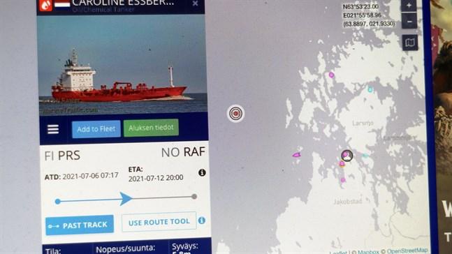 Sajten Marinetraffic visar att fartyget legat för ankar utanför Jakobstad.