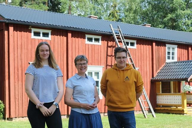 Johanna Tikkala, Sinikka Enbacka och Andreas Sjöberg jobbar med att digitalisera Pörtom hembygdsförenings arkiv.