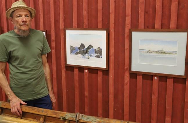 Risto Holtti, från Långåminne, ställer ut i Kvarkens båtmuseum.
