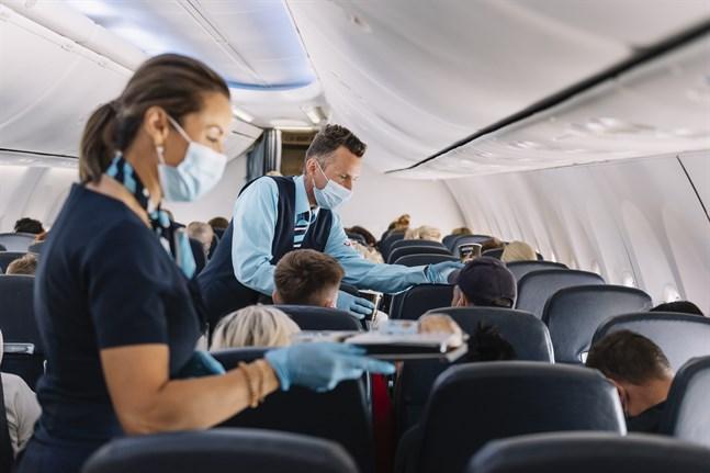 Kabinpersonalen delar ut mat på det första charterplanet som lyfte från Arlanda till Rhodos i juli 2020.