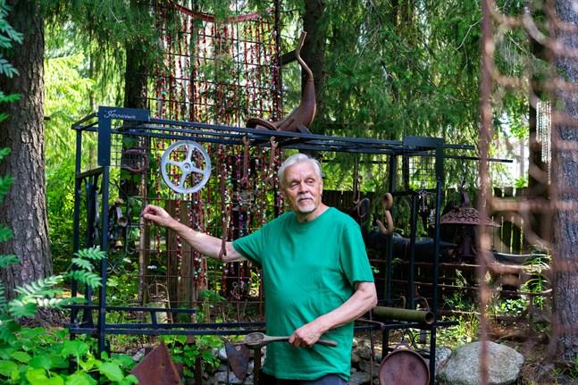 Håkans uppfinningsrikedom syns i trädgårdens installationer. Han sparar inte på krutet om han inte måste.