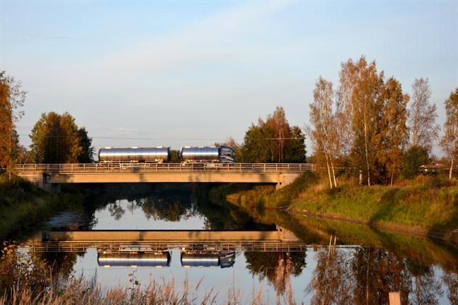 Bron över Lappfjärds å är för smal för dagens trafik, konstaterar NTM-centralen. Nästa vecka inleds undersökningar och mätningar vid bron vilket betyder att det kan bli störningar i trafiken på riksåttan i Lappfjärd.