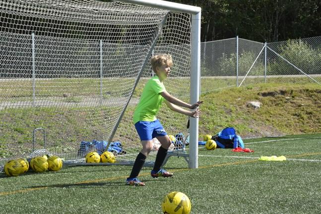 Elliot Krook spelar inte fotboll i något lag, men att delta i fotbollsskolan är en av höjdpunkterna när han har sommarlov.