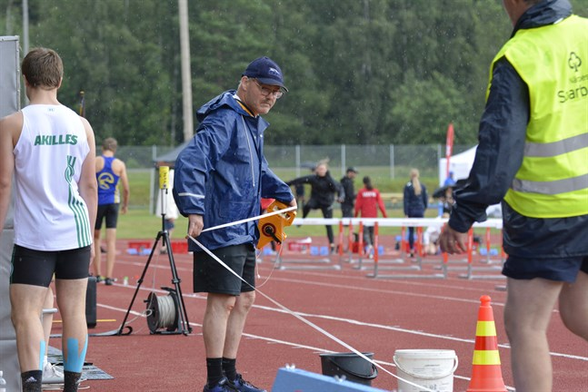 Kenth Norrgård är en av hundra funktionärer som ser till att allt löper smidigt under SFI-mästerskapen i Närpes.