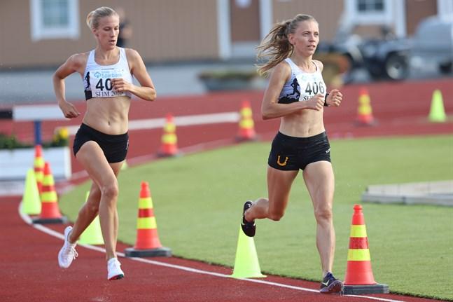 Camilla Richardsson (till vänster) fick draghjälp av Janica Rauma de första varven av hinderloppet i Närpes.