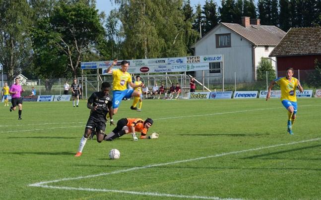 Här har målskytten Kingsley Ofori slitit sig loss från Jacob Åbonde och Tony Lund i Kraftförsvaret och rundat målvakten Karl-Filip Eriksson – men det blev inte 1-3, utan skottet går förbi mål. Kraft hade ett uppoffrande försvarsspel i matchen.