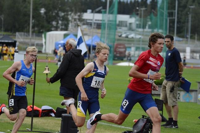 När klockan ringde för andra varvet växlade IF Fyrens (3) Casper Holm upp och lämnade Oliver Nordberg, IF Kraft (2) och Kaarlo Strandström, IF Sibbo-vargarna (5) bakom sig.
