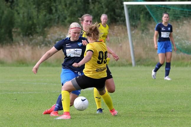 Ida Kuoppala var en påle i köttet på Myranförsvaret i division 2-derbyt i Esse. Här är det Fanni Jylhä (nummer 99) som försöker stoppa EIK:s målspruta.