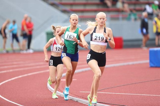 Jill Friberg, IF Raseborg (219), Wilma Hjerpe, IF Femman (163), och Vilma Hahtokari, IF Åsarna, var medaljtrion på 15-åringarnas 2000 meter.