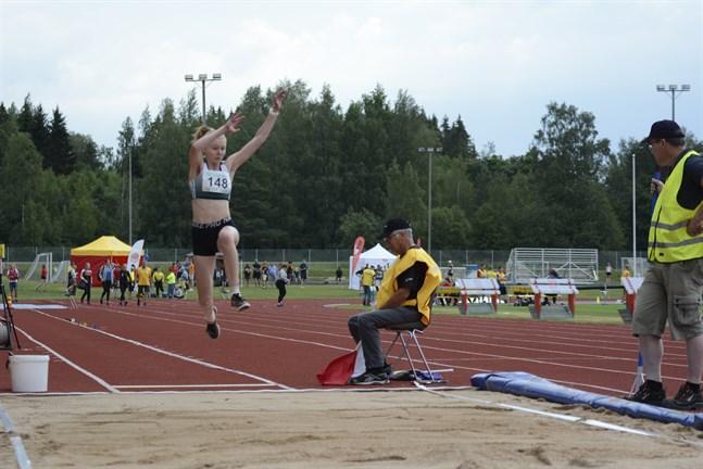 Mia Backman, IF Drott, var en av hopparna i D17 längd som inledde årets SFI-mästerskap.