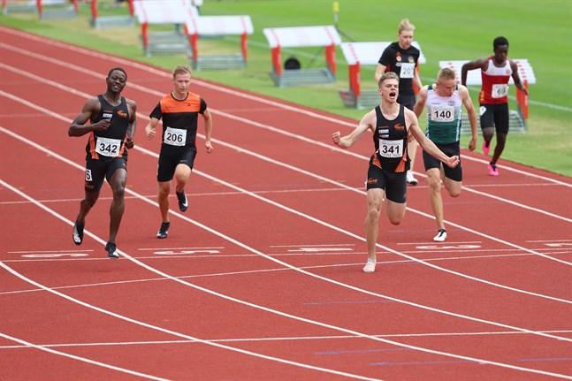 Benjamin Olli, Vasa IS (341), vrålar ut sin glädje efter att ha lyckats väldigt bra på 100 meter i 17-årsklassen på söndagens SFIM. Där blev det såväl guld som nytt personbästa.