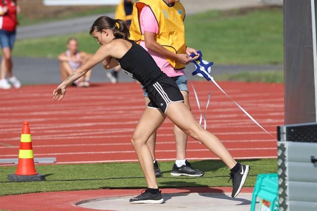 Alina Strömberg har tävlat aktivt i stav och sprint under sin friidrottskarriär, medan kula och spjut är desto obekantare grenar.